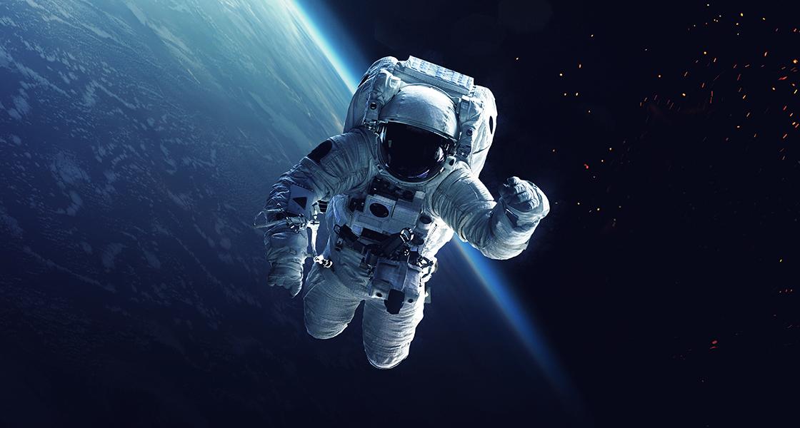 Astronauta e nave espacial orbitam a terra